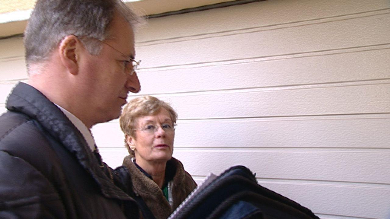 Die GEZ-Kontrolleure Edith und Jörg versuchen in Mainz Schwarzsehern auf die Schliche zu kommen. - Bildquelle: kabel eins