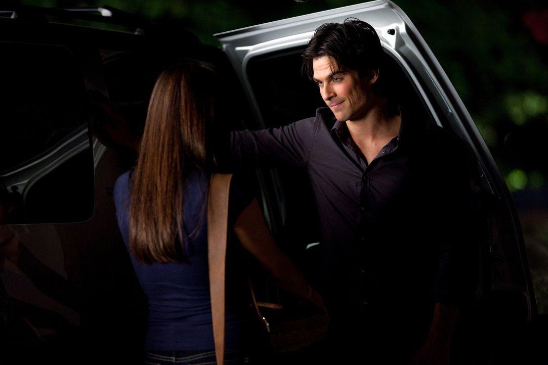 Versucht die Fehler der vergangenen Tage wieder gut zu machen und die Freundschaft zu Elena (Nina Dobrev, l.) zu retten: Damon Salvatore (Ian Somerh... - Bildquelle: Warner Brothers