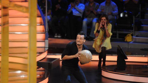 Jana Ina (r.) feuert ihren Mann Giovanni (l.) kräftig an! © ProSieben