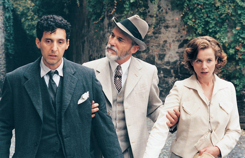 Lushin (John Turturro, l.) und Natalie (Emily Watson, r.) müssen nicht nur gegen gesellschaftliche Konventionen, sondern auch gegen die Schatten au... - Bildquelle: 2003 Sony Pictures Television International. All Rights Reserved.