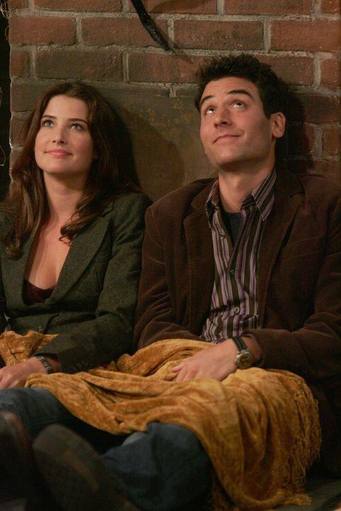 Die Halloween Party nimmt ein schönes Ende: Robin (Cobie Smulders, l.) und Ted (Josh Radnor, r.) ... - Bildquelle: 20th Century Fox International Television