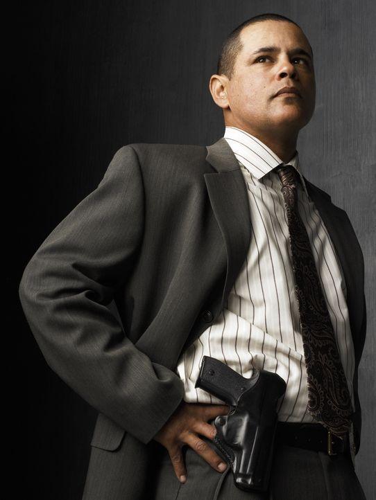 (2. Staffel) - Detective Julio Sanchez (Raymond Cruz) kommt aus den Slums und verfügt daher über umfassendes Insider-Wissen, was zur Klärung vieler... - Bildquelle: Warner Brothers