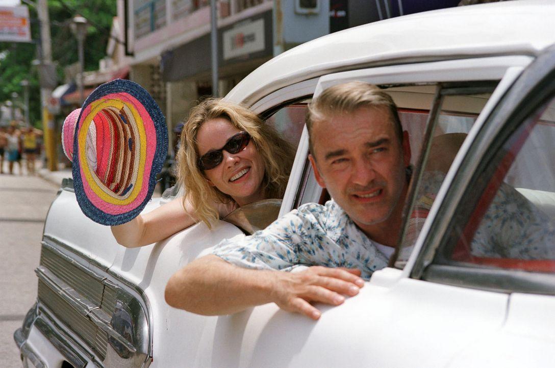 Endlich in der Karibik: Billy (Ann-Kathrin Kramer, l.) und Christian (Christoph M. Ohrt, r.) freuen sich auf den bevorstehenden Segeltörn ... - Bildquelle: Sat.1