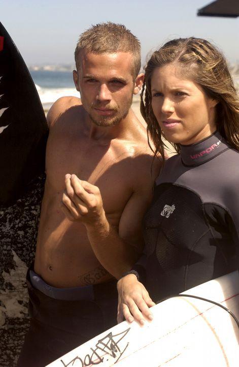 Volchock (Cam Gigandet, l.) ein Bekannter von Johnny, Surfer und Macho schleppt Johnnys Freundin Casey (Kayla Ewell, r.) ab ... - Bildquelle: Warner Bros. Television