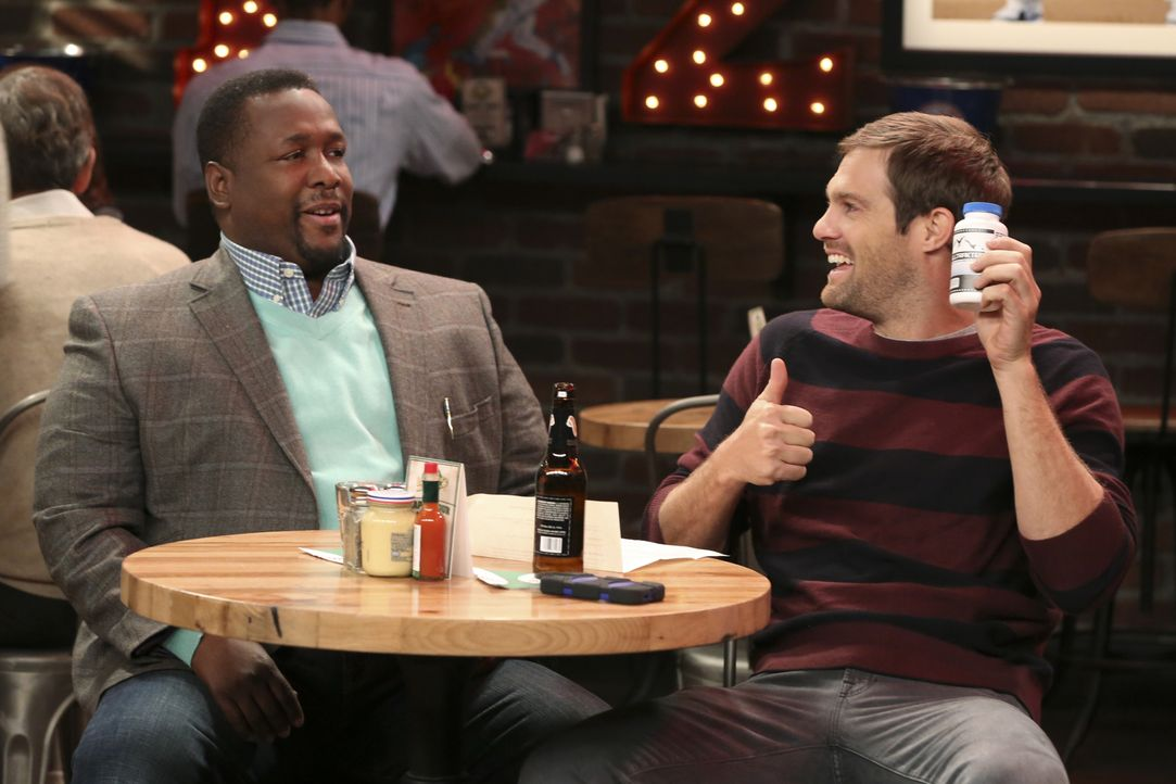 Murph (Geoff Stults, r.) soll Werbepartner für einen neuen Sportsdrink werden. Als sein neuer Agent muss Teddy (Wendell Pierce, l.) den natürlich au... - Bildquelle: Michael Yarish 2014 CBS Broadcasting, Inc. All Rights Reserved