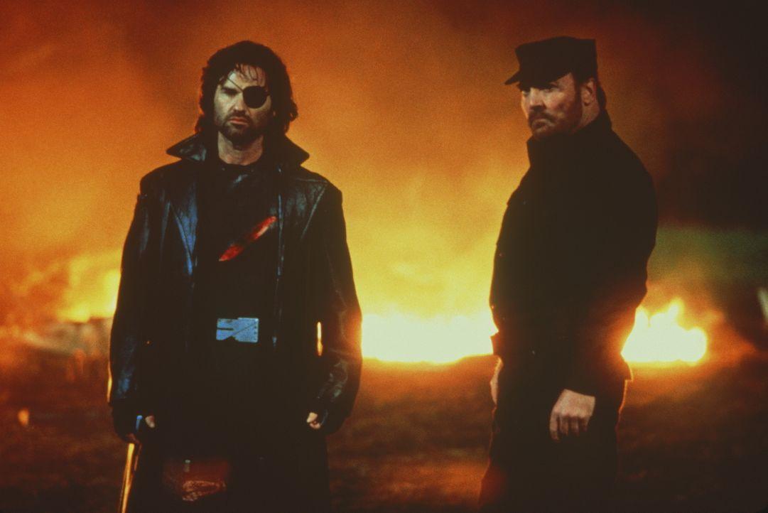 Um das junge Glück Utopie und Cuervo Jones zu beseitigen, wird Ex-Elitekämpfer Snake Plissken (Kurt Russel, l.) reaktiviert. Zur Motivation wird ihm... - Bildquelle: Paramount Pictures