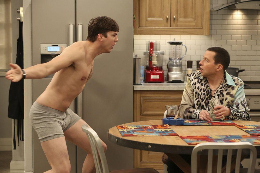 Als Walden (Ashton Kutcher, l.) endlich ein Licht aufgeht und er kapiert, dass Alan (Jon Cryer, r.) ein einträgliches Business aus seinen sexuellen... - Bildquelle: Warner Brothers Entertainment Inc.