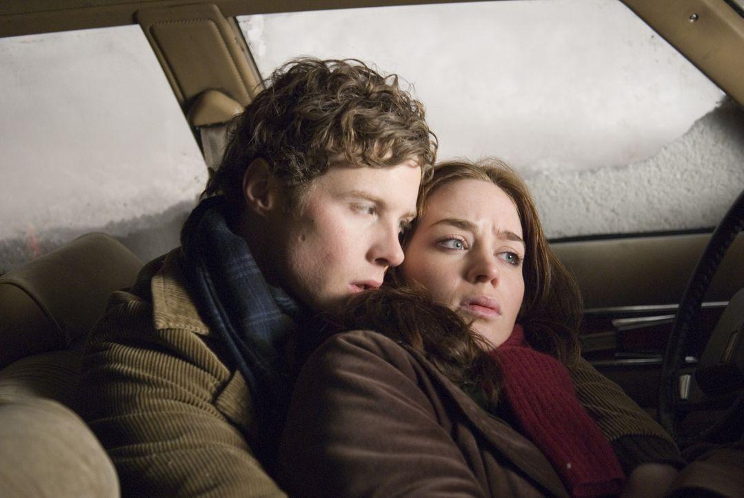 Eine Studentin (Emily Blunt, r.) nimmt eine Mitfahrgelegenheit (Ashton Holmes, l.) war. Es schneit heftig. Für die beiden beginnt ein gnadenloser Ka... - Bildquelle: 2007 TriStar Pictures, Inc. All Rights Reserved.