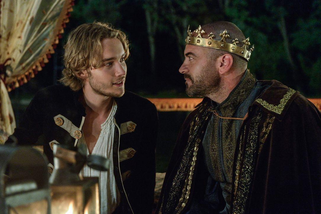 Echtes Vertrauen zwischen Vater und Sohn sieht anders aus: Henry II. (Alan Van Sprang, r.) bezeichnet seinen Sohn Francis (Toby Regbo, l.) nicht als... - Bildquelle: Ben Mark Holzberg 2013 The CW Network, LLC. All rights reserved.