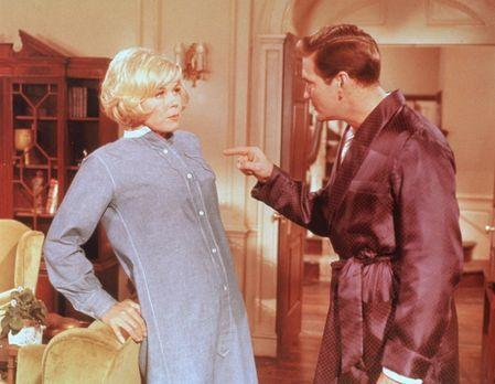Durch gegenseitige Verdächtigungen stürzen sich Janet (Doris Day, l.) und Mik...