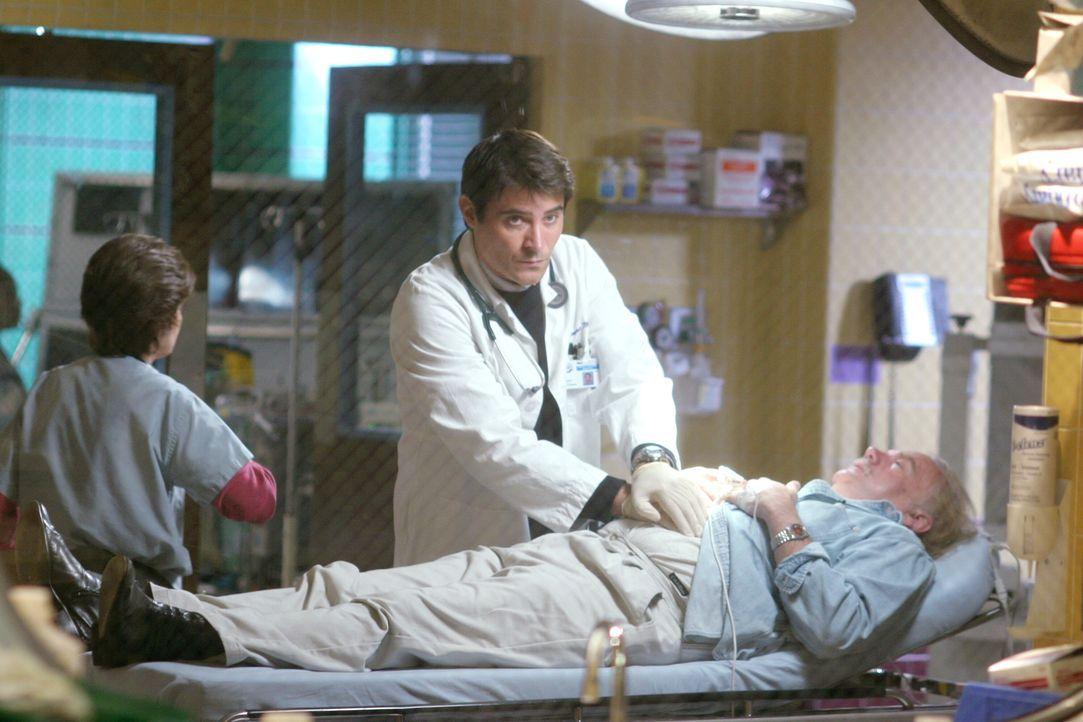 Luka (Goran Visnjic) versucht einem Patienten das Leben zu retten ... - Bildquelle: Warner Bros. Television