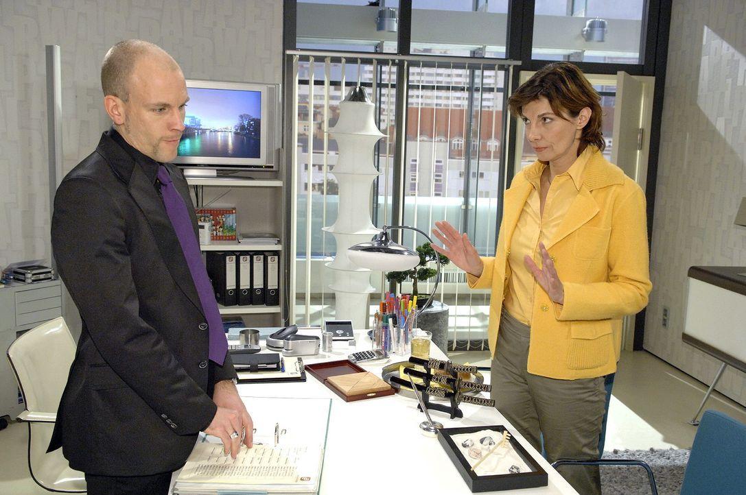 Als Gerrit (Lars Löllmann, l.) belastendes Material verschwinden lassen will, wird er von Steffi (Karin Kienzer, r.) gestört.