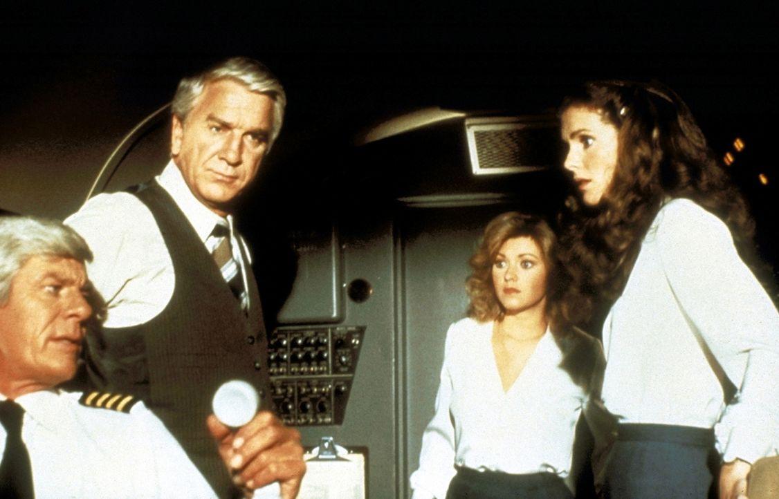 Stewardess Elaine (Julie Hagerty, r.) und ihre Kollegin Randy (Lorna Patterson, 2.v.r.), Dr. Rumack (Leslie Nielsen, M.) und Captain Oveur (Peter Gr... - Bildquelle: Paramount Pictures