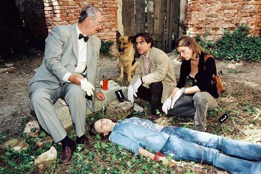 Dr. Graf (Gerhard Zemann, l.), Marc (Alexander Pschill, 2.v.r.) und Niki (Elk...