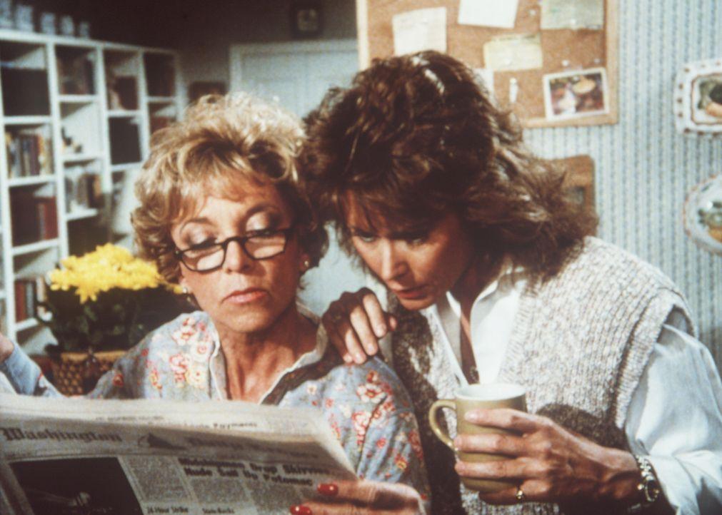 Dotty (Beverly Garland, l.) und Amanda (Kate Jackson, r.) lesen über einen Sexskandal, der sich vor über 20 Jahren in der Marine ereignet hat ...