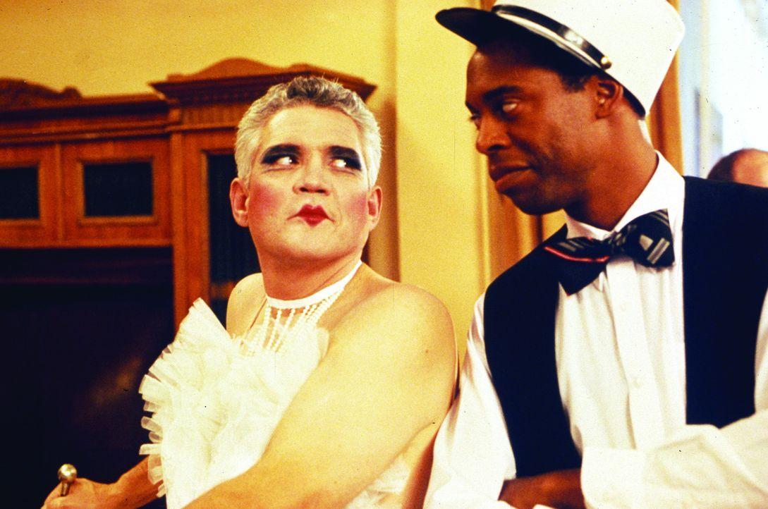 Der Undercover-Einsatz von Captain Harris (G. W. Bailey, l.) und Sergeant Jones (Michael Winslow, r.) geht voll daneben ... - Bildquelle: Warner Bros.