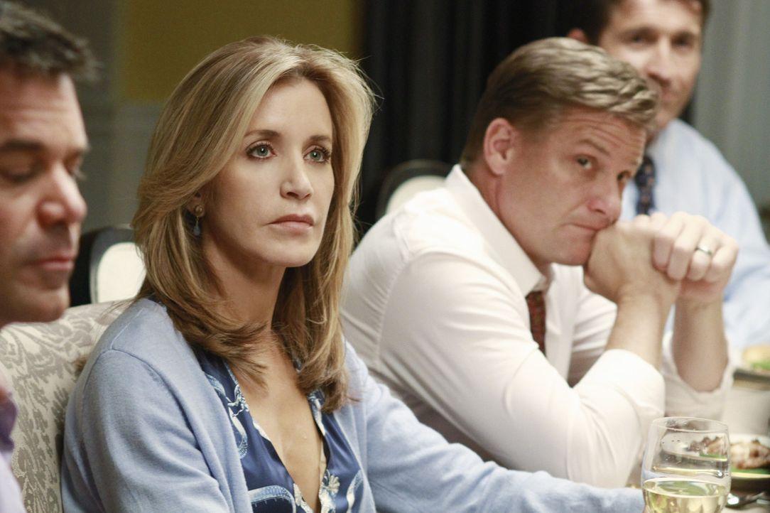 Lynette (Felicity Huffman, 2.v.l.) und Tom (Doug Savant, 2.v.r.) unterhalten sich über die Zukunft ihrer Beziehung und Tom macht einen Vorschlag, d... - Bildquelle: ABC Studios
