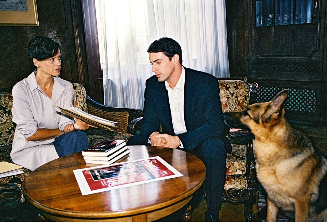 Kommissar Brandtner (Gedeon Burkhard, r.) und Rex versuchen, von Tina Hechts Verlegerin Lisa Aigner (Angela Roy, l.) den geheimen Aufenthaltsort der... - Bildquelle: Sat.1