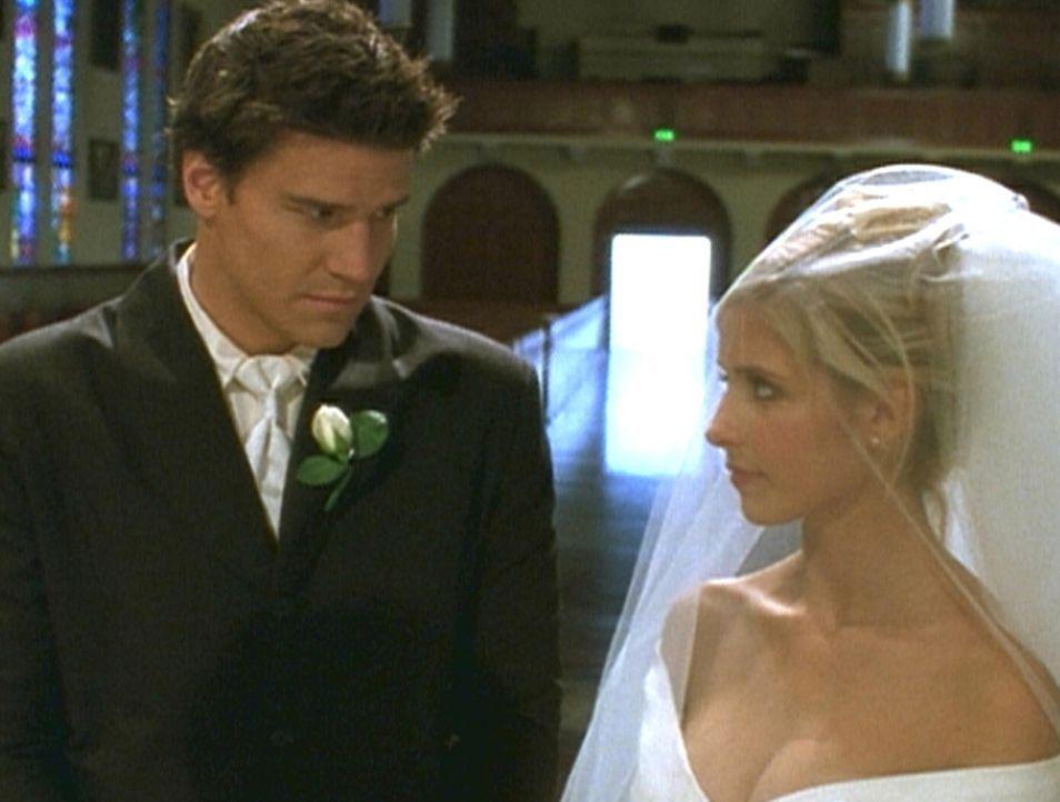 Angel (David Boreanaz, l.) hat einen Traum, in dem er mit Buffy (Sarah Michelle Gellar, r.) vor den Traualtar tritt. Doch leider sieht die Wirklichk... - Bildquelle: TM +   2000 Twentieth Century Fox Film Corporation. All Rights Reserved.