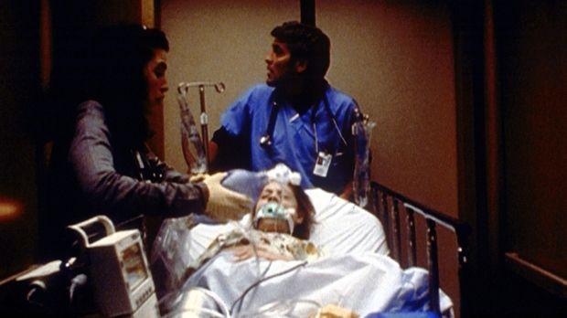 Hathaway (Julianna Margulis, l.) und Ross (George Clooney, r.) wollen die sch...