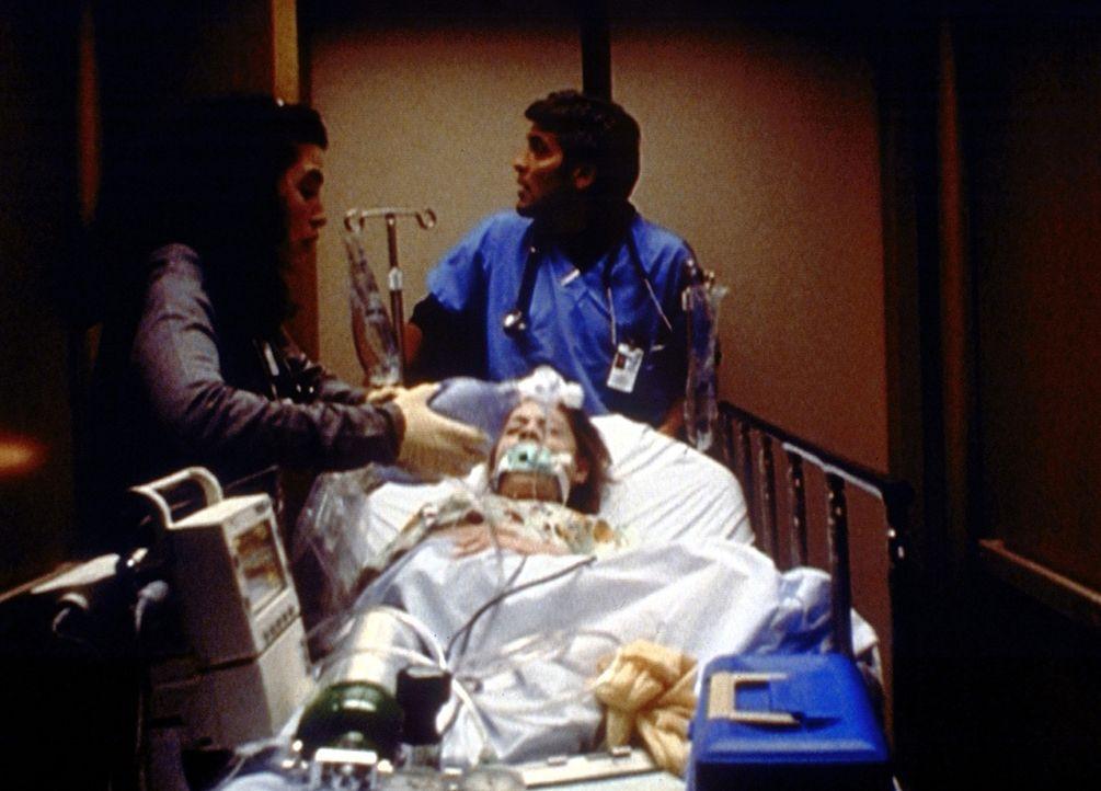Hathaway (Julianna Margulis, l.) und Ross (George Clooney, r.) wollen die schwer kranke Sophie (Kelsey Mulrooney, M.) in die Intensivstation bringen... - Bildquelle: TM+  2000 WARNER BROS.