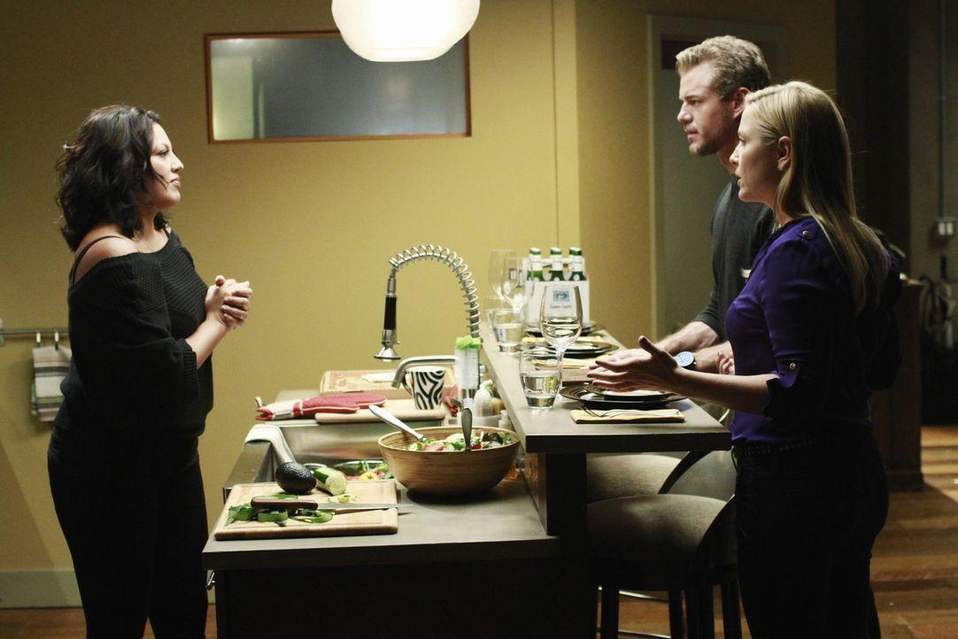 Arizona (Jessica Capshaw, r.) und Mark (Eric Dane, M.) kochen um die Wette, was Callie (Sara Ramirez, r.) vollkommen gegen den Strich geht. Sie hat... - Bildquelle: ABC Studios