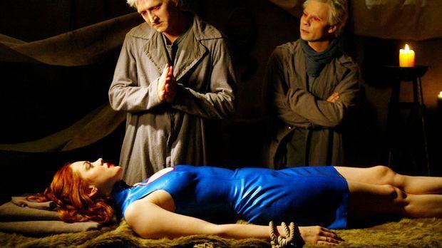 Paige (Rose McGowan, liegend), trifft auf zwei Dämonen, welche sie zuerst dav...