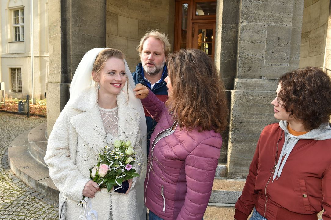 Wird Anja (Franziska Breite, l.) vor den Traualtar treten und ihren Rocko heiraten? - Bildquelle: Andre Kowalski SAT.1/André Kowalski