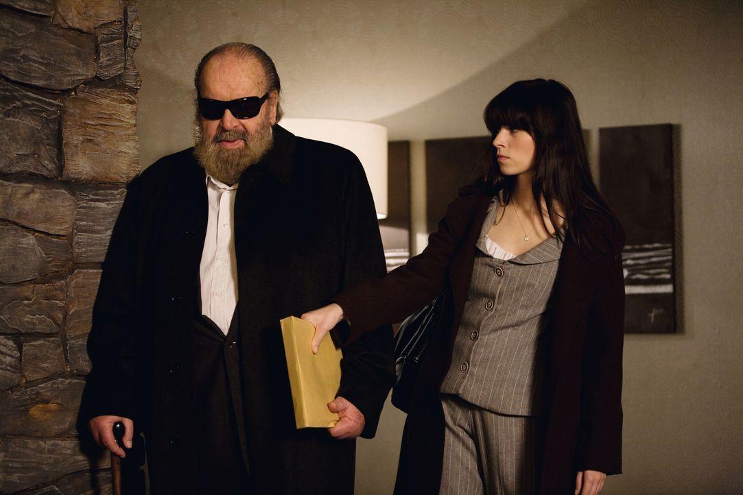 Als sich Profikiller Toni Ricardelli in die schusselige Julia (Nora Tschirner, r.) verliebt, steht ihm sein alter Kumpel Pepe (Bud Spencer, l.) zur... - Bildquelle: Warner Brothers