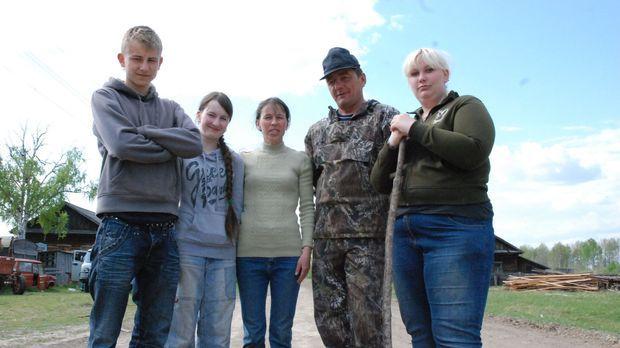 Bei Familie Miguras in Sibirien sollen Sascha (l.) und Janine (r.) lernen, wa...