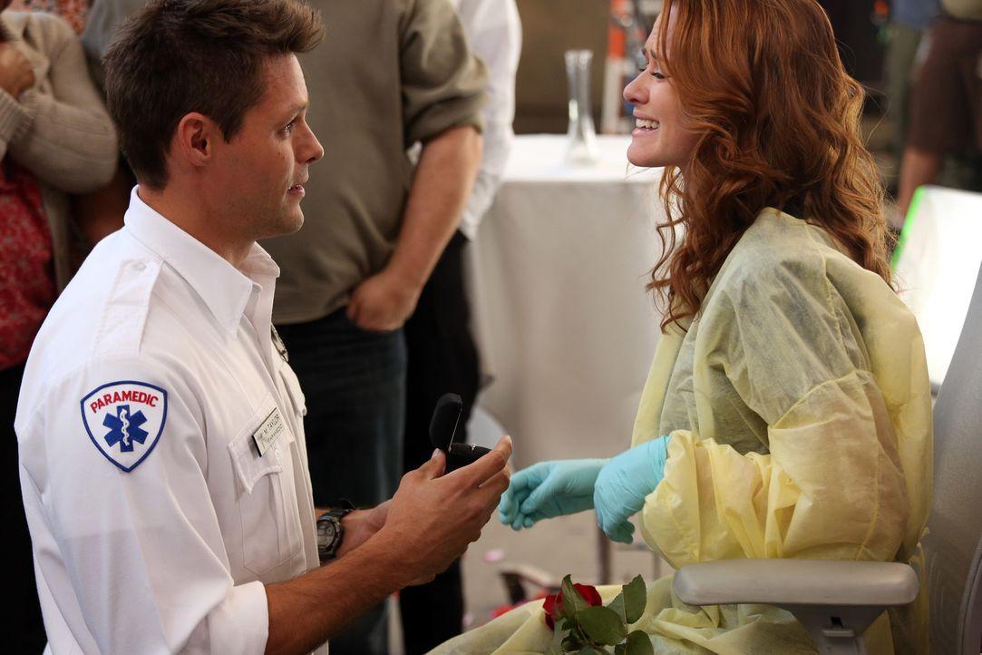 Matthew (Justin Bruening, l.) macht April (Sarah Drew, r.) einen aufwändig geplanten Heiratsantrag. Sie ist überwältigt ... - Bildquelle: ABC Studios