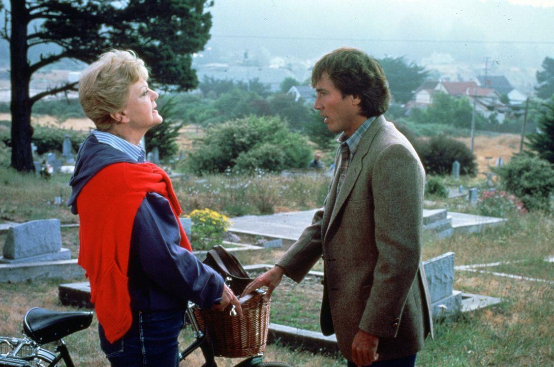 Jessica Fletcher (Angela Lansbury, l.) traut dem seltsamen Terry Jones (Richard Hatch, r.) nicht über den Weg ... - Bildquelle: Universal Pictures