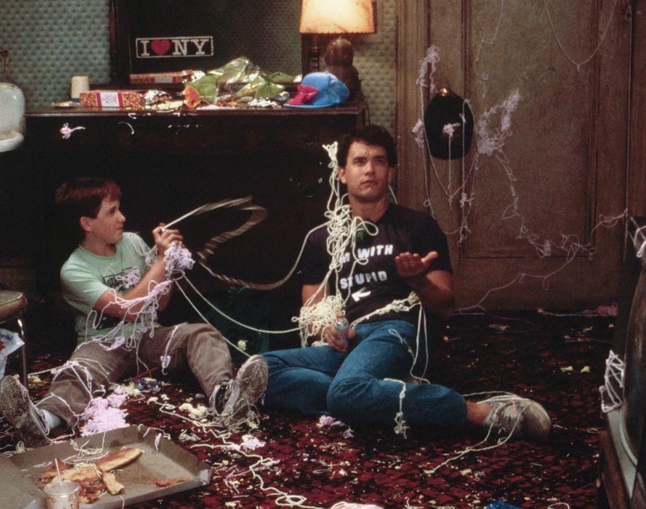 Groß und stark: Nach Joshs (Tom Hanks, r.) Verwandlung in einen Erwachsenen, bleiben ihm nicht mehr viele Freunde. Nur sein bester Freund Billy (Ja... - Bildquelle: 20th Century Fox Film Corporation