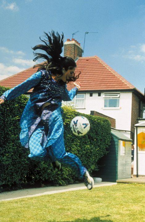 Die 17-jährige Jess (Parminder Nagra) hat ein ungewöhnliches Hobby: Sie ist begeisterte Fußballspielerin und lässt die Jungs im Park regelmäßi... - Bildquelle: Twentieth Century Fox Film Corp.