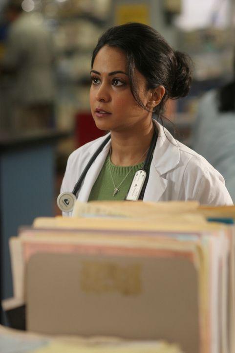 Neela (Paminder Nagra) hat Probleme damit, den Wunsch einer Patientin, sie sterben zu lassen, zu respektieren ... - Bildquelle: WARNER BROS
