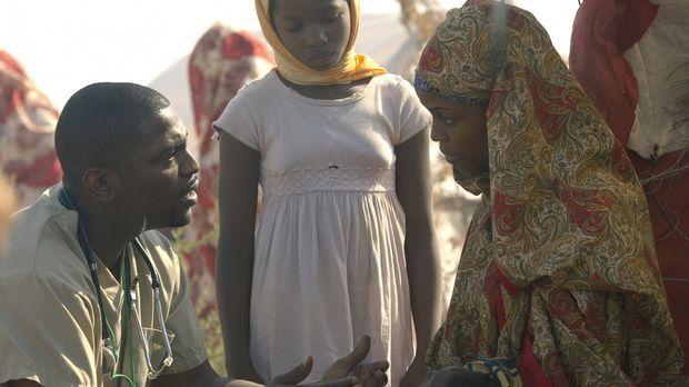 Pratt (Mekhi Phifer, l.) beginnt seine Arbeit in Darfur und ist erschüttert ü...