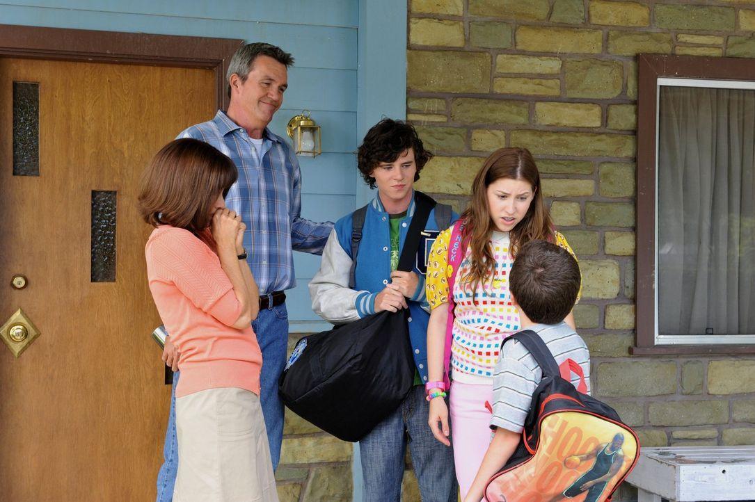 Neidisch auf die tollen Urlaubsreisen der Nachbarn, beschließen Frankie (Patricia Heaton, l.) und Mike (Neil Flynn, 2.v.l.), mit ihren Kindern (Char... - Bildquelle: Warner Brothers