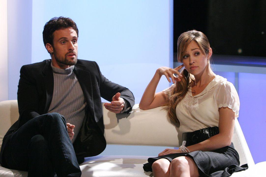 Nehmen gemeinsam an einer französischen Literatursendung teil: Taylor (Autumn Reeser, r.) und ihr Exmann Henri-Michel (Henri Lubatti, l.) ... - Bildquelle: Warner Bros. Television