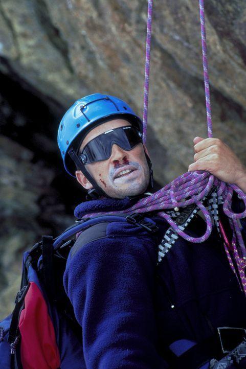Obwohl Dr. Nicolas Amberg (Michael Roll) ein erfahrener Bergsteiger ist, kommt es zu einer Katastrophe. ... - Bildquelle: ProSieben