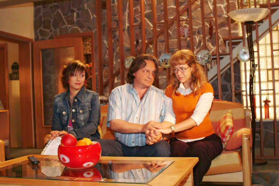 Yvonne (Bärbel Schleker, l.) und Lisa (Alexandra Neldel, r.) versuchen Bernd (Volker Herold, M.) schonend beizubringen, dass Lisa ausziehen möchte.... - Bildquelle: Monika Schürle Sat.1