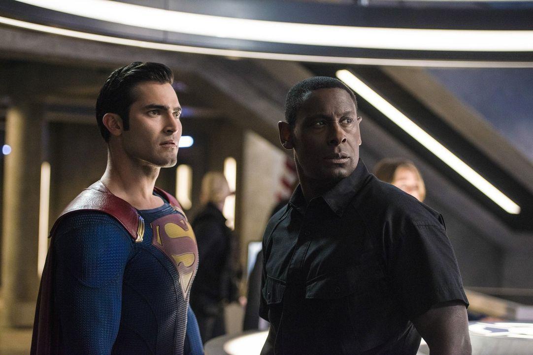 Als plötzlich eine ernstzunehmende Drohung von Cadmus das DEO erreicht, beschließen Hank (David Harewood, r.) und Clark alias Superman (Tyler Hoechl... - Bildquelle: 2016 Warner Bros. Entertainment, Inc.