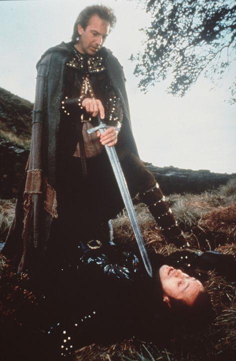 Als er ein Kind vor dem grausamen Guy von Gisborne (Michael Wincott, r.) rettet, hat Robin (Kevin Costner, l.) einen gefährlichen Feind: den Sherif... - Bildquelle: WARNER BROS.