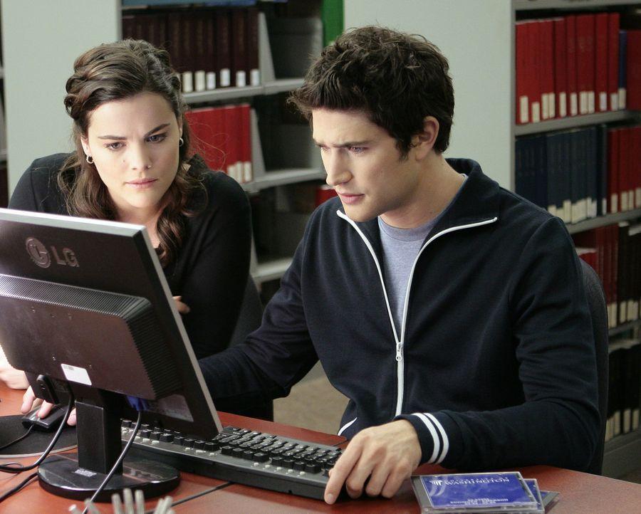 Kyle (Matt Dallas, r.) und Jessi (Jaimie Alexander, l.) versuchen mehr Informationen über ihre Mutter Sarah herauszubekommen ... - Bildquelle: TOUCHSTONE TELEVISION