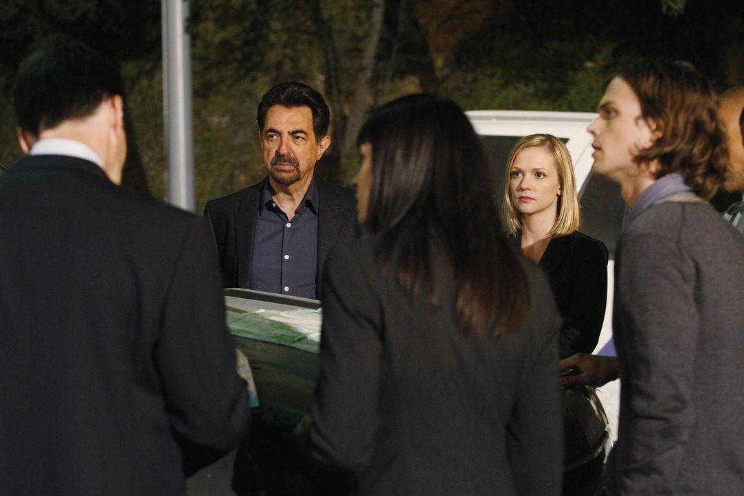 Auf der Suche nach einem Serientäter: Hotch (Thomas Gibson, l.), Rossi (Joe Mantegna, 2.v.l.), Prentiss (Paget Brewster, M.), JJ (AJ Cook, 2.v.r.)... - Bildquelle: Touchstone Television