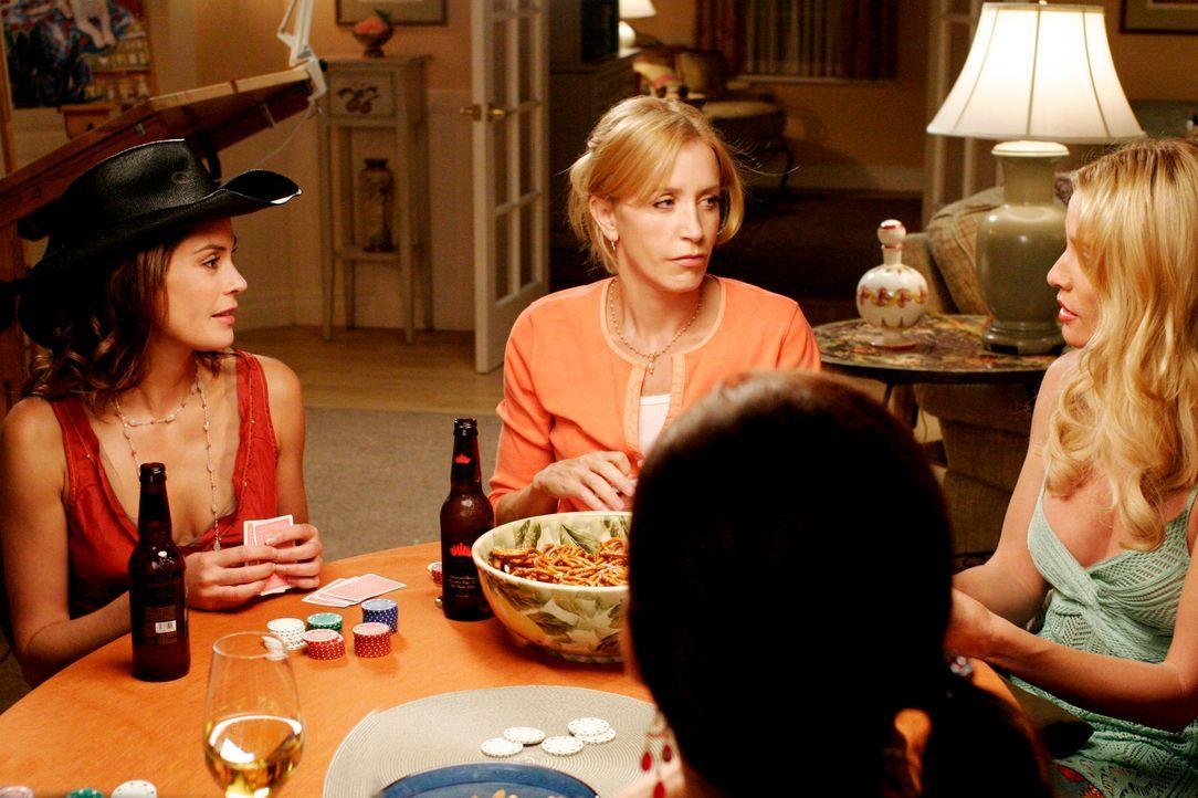 Beim Pokern versuchen Susan (Teri Hatcher, l.), Lynette (Felicity Huffman, 2.v.l.), Gabrielle (Eva Longoria, 2.v.r.) und Edie (Nicollette Sheridan,... - Bildquelle: 2005 Touchstone Television  All Rights Reserved
