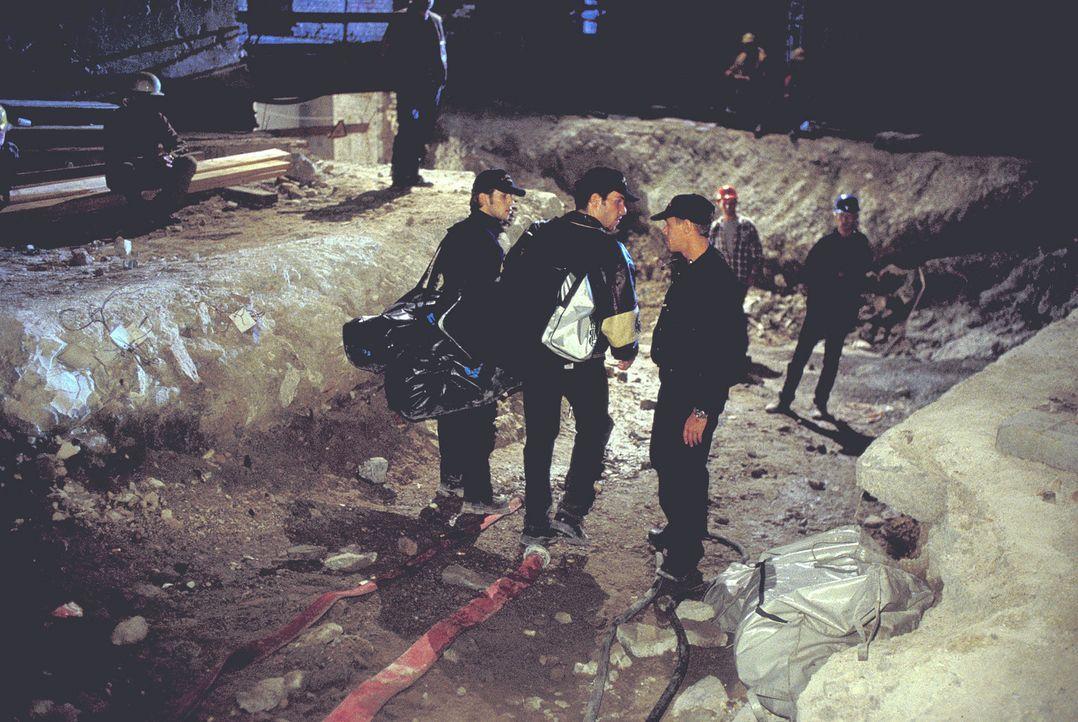 Um Berlin vor einer Katastrophe zu bewahren, riskieren die Polizeitaucher Paul (Christian Oliver, vorne l.) und Alex (Tim Bergmann, vorne M.) ihr Le... - Bildquelle: Leslie Haslam ProSieben