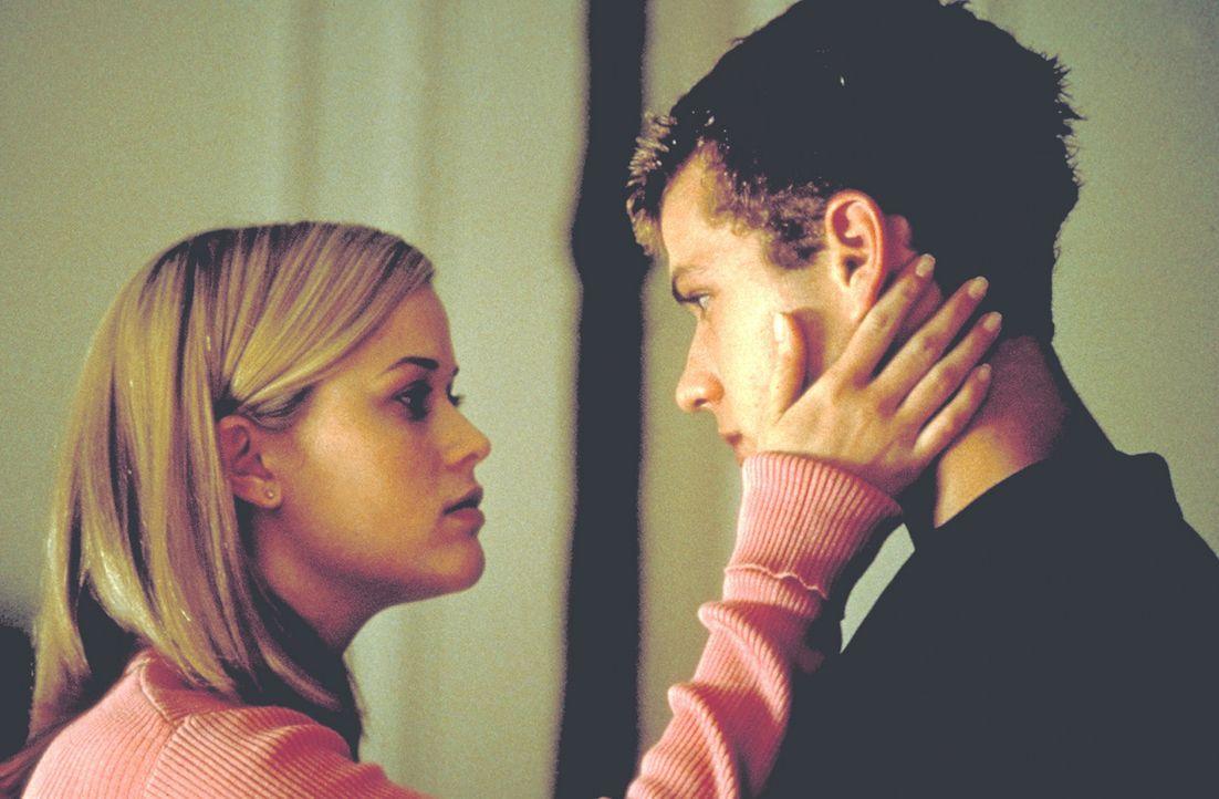 Wenn es dem Profi-Casanova Sebastian (Ryan Phillippe, r.) gelingt, die unschuldige Annette (Reese Witherspoon, l.) noch vor dem Ende der Ferien zu e... - Bildquelle: Kinowelt Filmverleih GmbH 1998