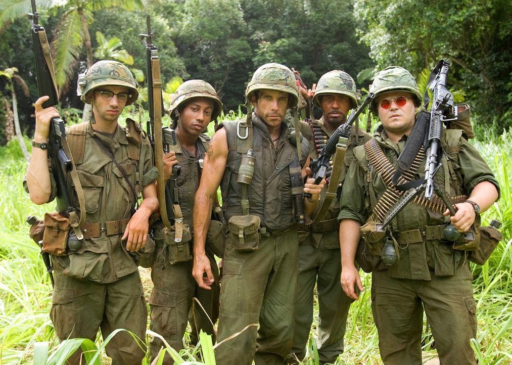"""Für den Vietnamepos """"Tropic Thunder"""" hat sich Actionstar Tugg Speedman (Ben Stiller, M.) seine quotenträchtigsten Kollegen ins Boot geholt: Jüngling... - Bildquelle: 2008 DreamWorks LLC. All Rights Reserved."""