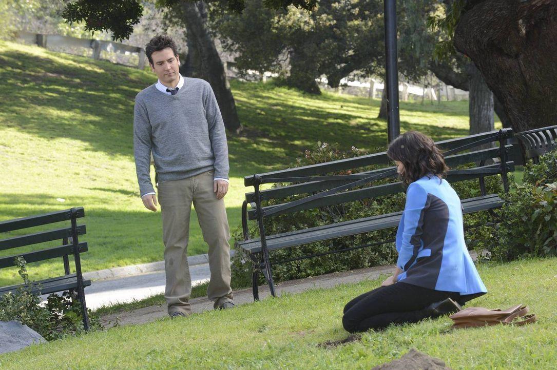 Als Robin (Cobie Smulders, r.) im Central Park nach einem Medaillon sucht und es nicht mehr finden kann, eilt ihr Ted (Josh Radnor, l.) zu Hilfe, wä... - Bildquelle: 2013 Twentieth Century Fox Film Corporation. All rights reserved.