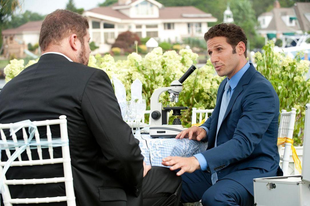 Roy (Brad William Henke, l.) leidet unter seltsamen Symptomen und bittet Dr. Hank Lawson (Mark Feuerstein, r.) um Hilfe ... - Bildquelle: Universal Studios